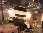 Chạy cắt ngang qua đường, xe máy bị ô tô đâm bay lên dải phân cách