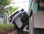 Xe ben húc ô tô quay 180 độ, 5 người trong xe la hét cầu cứu