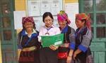 Nữ cán bộ ngân hàng tự học tiếng Mông để gần hơn với dân bản