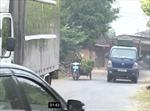 Né trạm thu phí, xe tải đổ bộ vào đường dân sinh