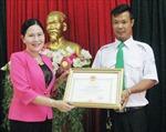 Bạc Liêu thưởng 'nóng' tài xế hỗ trợ sản phụ sinh con trên xe taxi