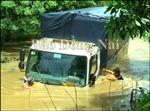 Đồng Nai: 2 xe ô tô bị nước cuốn, 9 người may mắn thoát chết