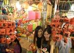 Đông nghẹt người đến phố lồng đèn Sài Gòn đêm Trung Thu