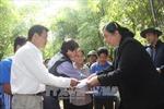 Phó Chủ tịch Quốc hội Tòng Thị Phóng thăm hỏi đồng bào vùng lũ Hòa Bình