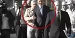 Khoảnh khắc lính Nga 'chặn' ông Assad tiếp cận Tổng thống Putin