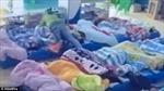 Cô giáo mầm non phủ chăn kín đầu giữ chặt người học sinh, bắt ngủ trưa