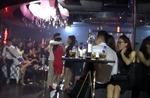 Tiếp viên mặc hở hang phục vụ khách trong quán bar hoạt động quá giờ