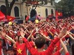 Chung kết U23 Châu Á: Cổ động viên hát bài 'Việt Nam ơi!' gửi tặng cho  U23 Việt Nam tại hồ Hoàn Kiếm