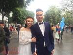 Đôi trẻ hòa mình chụp ảnh cưới trong hàng nghìn cổ động viên U23 Việt Nam