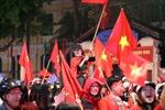 Đường phố rợp cờ, dòng người tràn đường cổ vũ dù U23 Việt Nam không vô địch