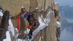 Hãi hùng dọn tuyết trên đường rộng 30 cm ở độ cao 2000 m