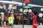 Dân Hà Nội đổ xô 'check-in' phố bích họa Phùng Hưng với 'song xưa, phố cũ'