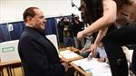 Cựu Thủ tướng Italy bị phụ nữ ngực trần tấn công tại điểm bầu cử