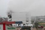 Nguy cơ nổ lớn, sơ tán người dân cạnh Karaoke Kingdom bị 'bà hỏa' tấn công