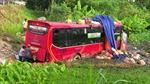 Xe khách giường nằm chở 40 hành khách bất ngờ lao xuống ruộng