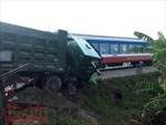 Tàu hỏa đâm văng xe tải chết máy giữa đường ray