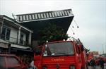 Mưa lớn quật đổ biển quảng cáo đè chết người ở TP Hồ Chí Minh