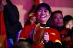 Những 'bóng hồng' đội mưa cổ vũ cho đội tuyển Việt Nam tại sân Hàng Đẫy