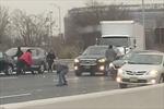 Hỗn loạn tài xế bỏ xe nhặt đôla rơi lả tả trên cao tốc Mỹ