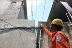Vi phạm hành lang lưới điện: Nhiều nhà chỉ cần mở cửa ban công là nắm tay được vào dây dẫn điện