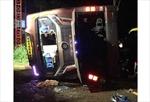 Xe khách lật ngang đường, 19 người thương vong