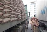 Xe chở quá tải trọng, lái xe hung hãn chống đối lực lượng công vụ