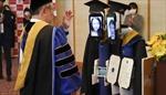 Kỳ lạ lễ tốt nghiệp online, sinh viên ở nhà điều khiển robot lên nhận bằng thay