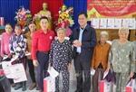 Hội Chữ thập đỏ Việt Nam tặng quà cho người dân vùng ảnh hưởng thiên tai ở Phú Yên