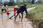 Người dân vùng lũ Quảng Ngãi khẩn trương dọn dẹp nhà cửa sau lũ
