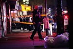 Một cảnh sát bị đâm, hai sĩ quan trúng đạn khi tuần tra chống cướp phá ở New York