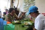 Quán cơm 2.000 đồng đầy ắp thịt cá giữa đất Hà Nội