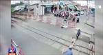 Hai nhân viên gác chắn dũng cảm cứu cụ bà cố vượt đường sắt