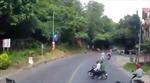 Quay đầu xe bỏ chạy khi thấy cảnh sát giao thông, hai thanh niên suýt bị xe tải đâm