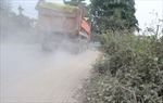 Người dân Tây Tựu khốn khổ vì xe tải 'ném bụi' vào mặt