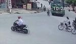 Vượt đèn đỏ rồi đi vào điểm mù của xe tải, hai nam sinh suýt bỏ mạng