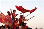 Cổ động viên nhuộm đỏ sân Mỹ Đình trước trận đấu với tuyển Thái Lan
