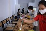 Hàng trăm suất cơm ngon, canh ngọt trao tận tay những 'chiến sĩ áo trắng' của Bệnh viện Bệnh Nhiệt đới TƯ