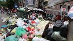 Người dân chặn xe vào bãi rác Nam Sơn, rác thải lại 'bao vây' đường phố Hà Nội