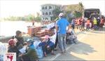 Hàng hóa cứu trợ bị ách tắc do không có xuồng chở