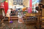 Chủ quán ăn Hà Nội dọn dẹp xuyên đêm sau khi được phép bán hàng trở lại