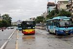 Xe buýt Hà Nội vắng vẻ trong sáng hoạt động trở lại