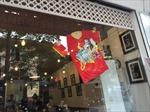 Cửa hàng, quán xá tưng bừng cờ đỏ sao vàng trước giờ bóng lăn