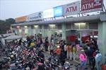 Cận Tết, công dân vẫn 'dài cổ' chờ rút tiền tại các cây ATM