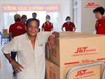 Chuyển phát nhanh J&T Express tặng nhu yếu phẩm cho người bại liệt, người già neo đơn