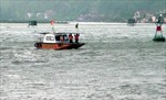 Sóng lớn đánh chìm tàu, 9 ngư dân được đưa vào bờ an toàn