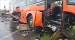 Tránh xe  máy ngã do sập ổ gà, xe khách tông vào dải phân cách cứng