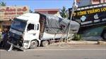 Xe tải chở củ mì mất phanh, đâm sập nhà dân