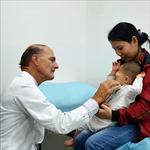'Bàn tay vàng' McKay McKinnon mổ miễn phí cho 16 bệnh nhi nặng Việt Nam