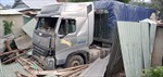Xe container mất lái tông sập nhà dân, 3 người thoát chết thần kỳ