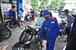 Giá xăng RON95 giảm 182 đồng/lít